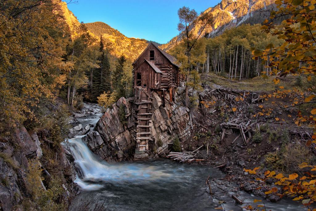 США. Штат Колорадо. Деревянная электростанция «Кристал-Милл» на реке Кристал. (Hans Watson)