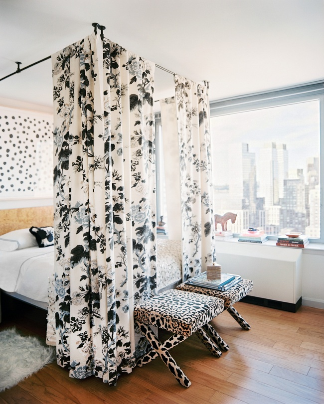 Если повесить карниз для шторы над кроватью, токомната некажется банальной.