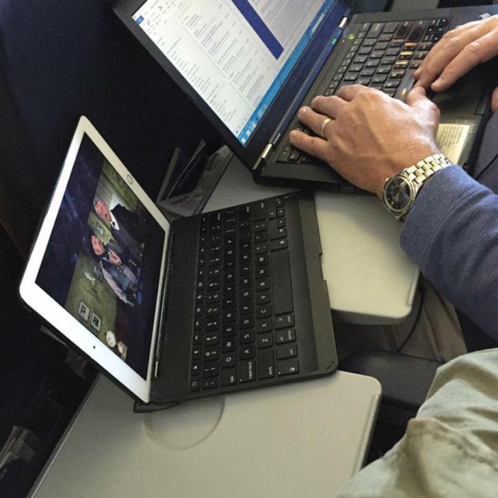 «Он просто решил занять мой столик своими двумя ноутбуками».