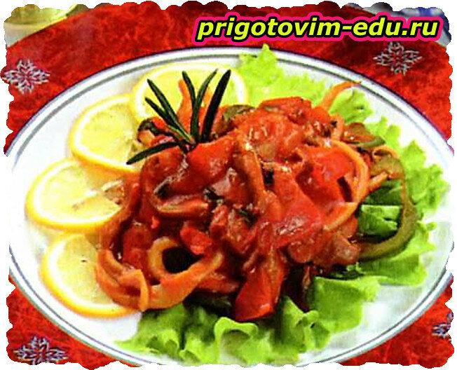 Обжаренные кальмары в томатном соусе