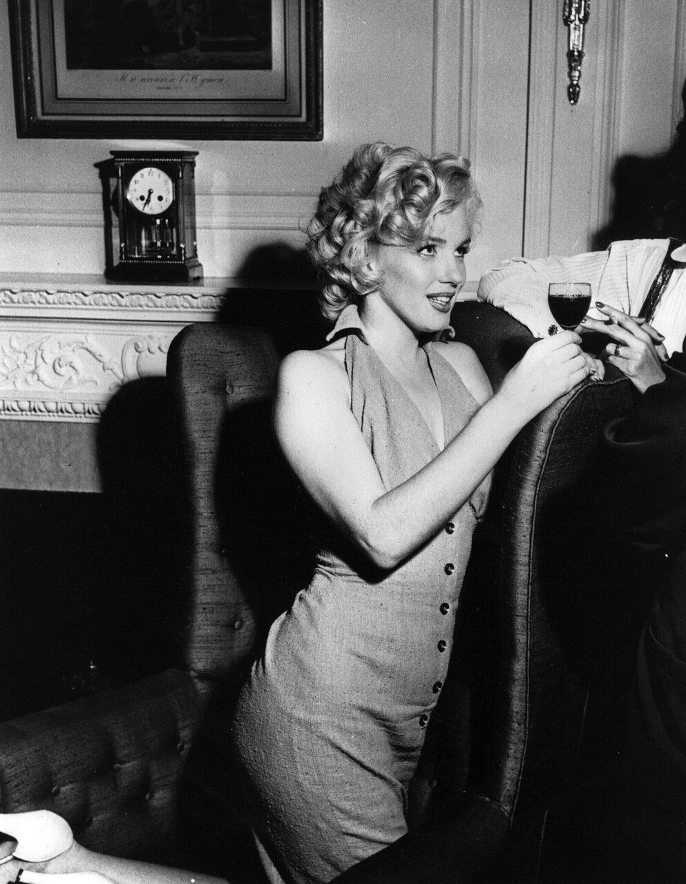 Marilyn On Knees