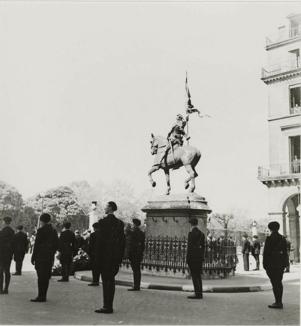 Милиция в карауле возле статуи