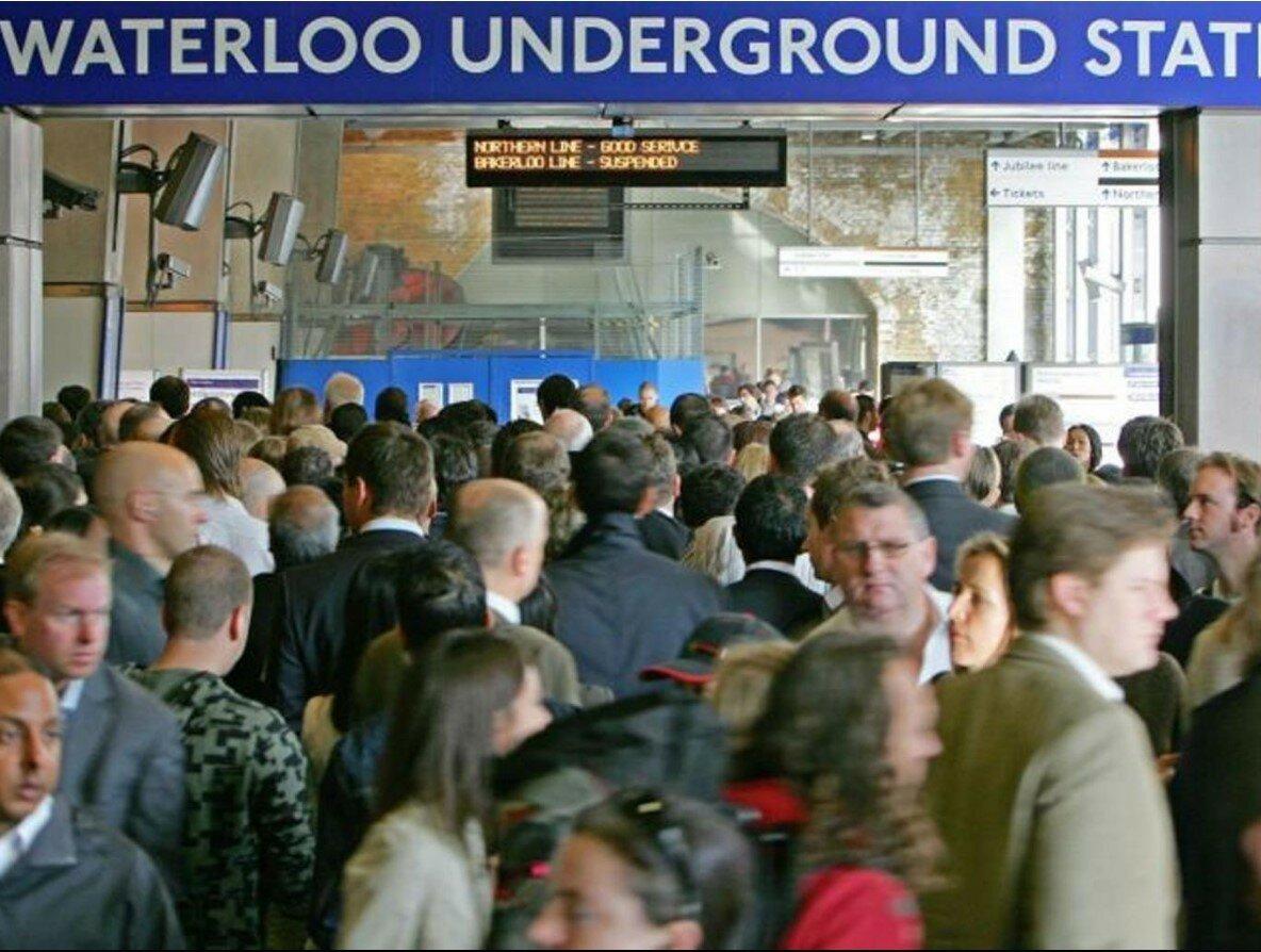2007. Толпы пассажиров у входа на станцию метро «Ватерлоо» в центре Лондона. 4 сентября
