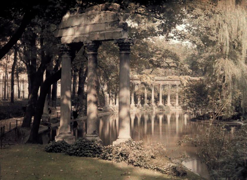 Колоннада и озеро в саду.