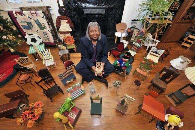 Присаживайтесь, пожалуйста. В 2008 году, Барбара Хардсфилд (Barbara Hartsfield) установила рекорд со своей коллекцией, состоящей из более чем 3 000 миниатюрных стульев, которые она собирала в течение более чем 10 лет. Её коллекцию можно увидеть в музее, который она открыла в штате Джорджия в 2008 году.