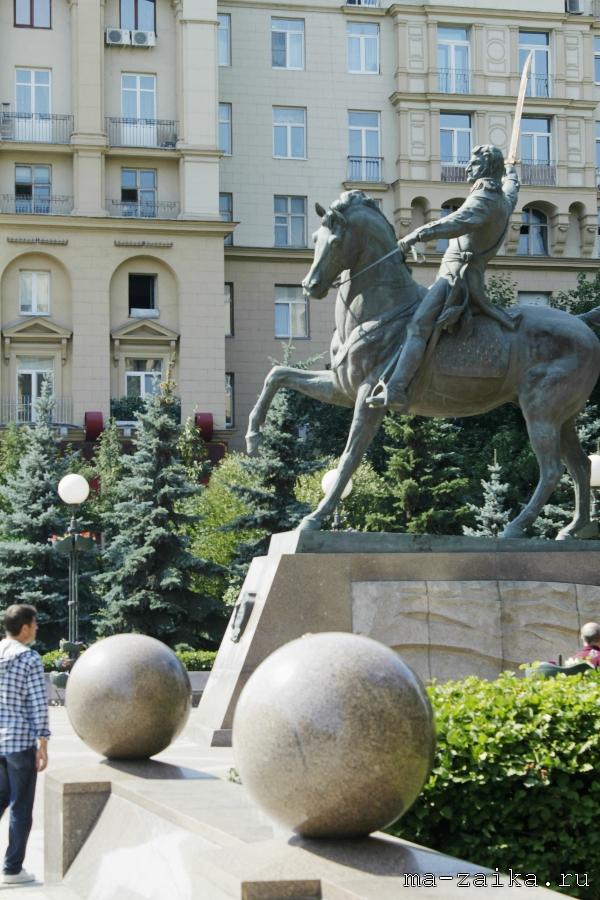 Памятник Петру Ивановичу Багратиону на Кутузовском проспекте, Москва, 15 августа 2011 года.
