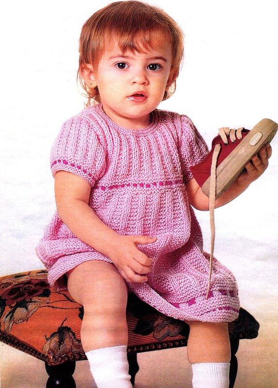 Вязанное детское платье спицами.  Эту картинку также можно посмотреть в категории Вязаная крючком игрушка собачка
