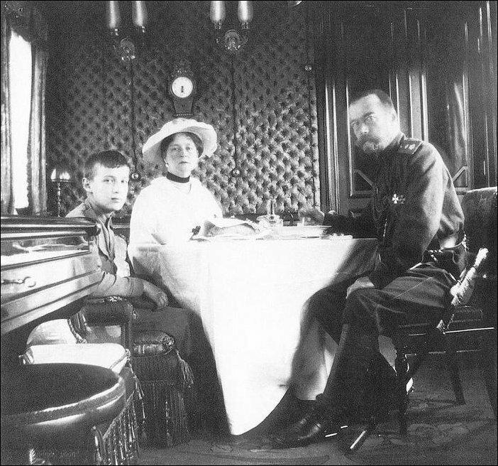 37. Николай II с семьей в интерьерах вагона-салона.
