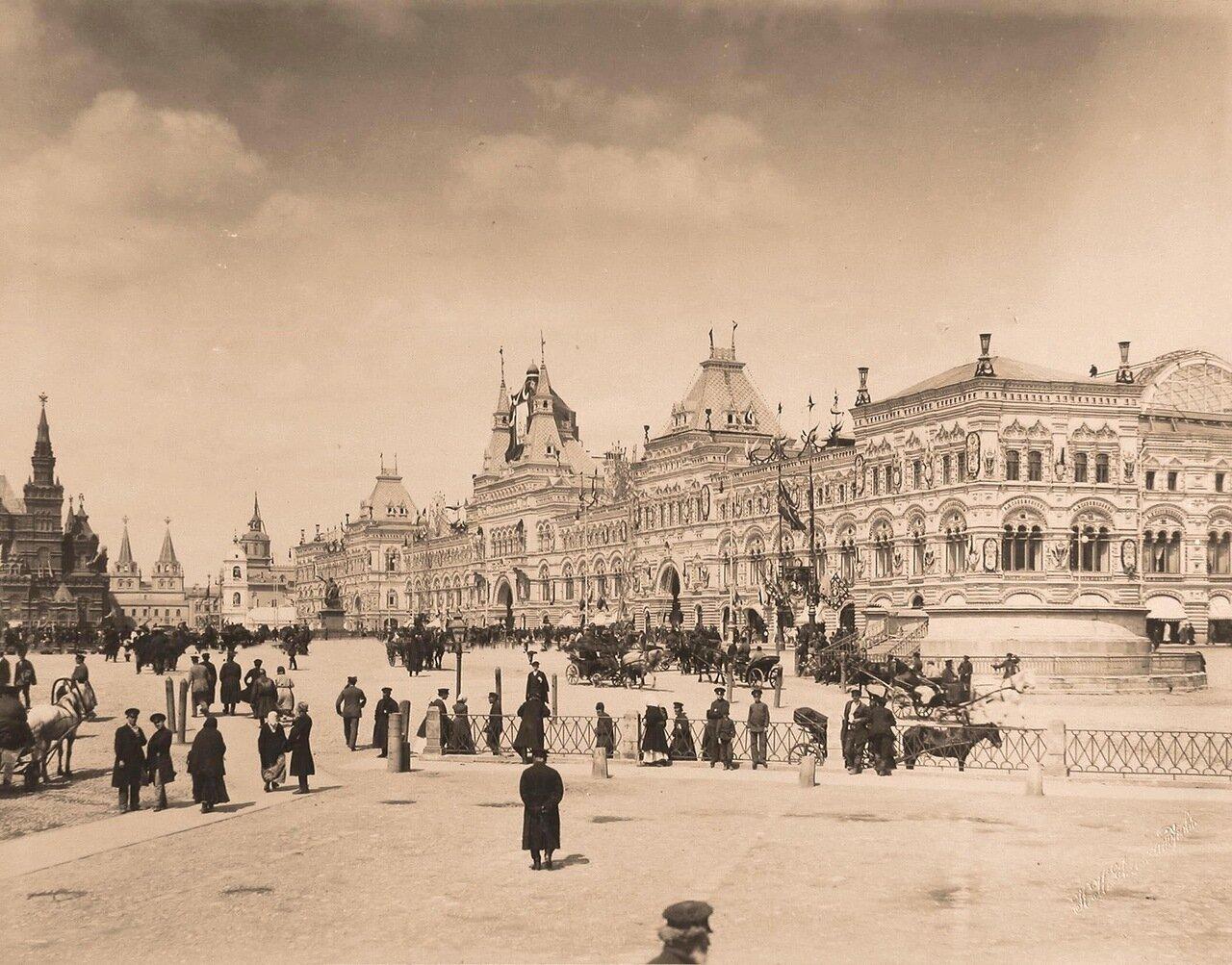 Горожане на Красной площади в дни коронационных торжеств; справа - Средние и Верхние торговые ряды; на втором плане - здание Исторического музея (слева), рядом (правее) - Воскресенские (Иверские) ворота.
