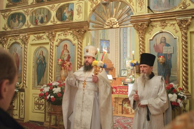 Кадя народ, протоиерей Николай приветствует молящихся словами: «Христос воскресе!»