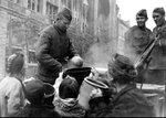 Бойцы раздают пищу жителям Берлина. Апрель 1945 г..jpg