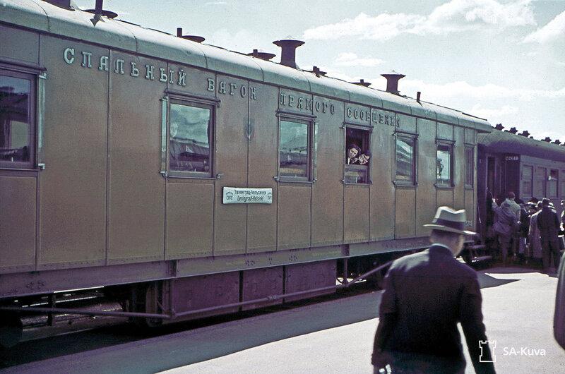 Venäläinen matkustajavaunu, jossa kyltti Leningrad - Helsinki.