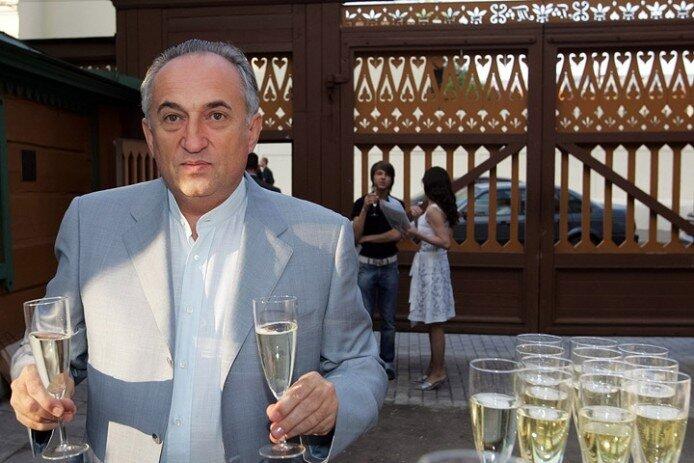 Cовладелец холдинга «Металлоинвест» Василий Анисимов (40-е место в последнем рейтинге Forbes) на показе дизайнера Дианы фон Фюрстенберг, 2005 год