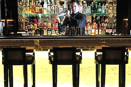 Постоялица отеля за падение стула требует миллион долларов
