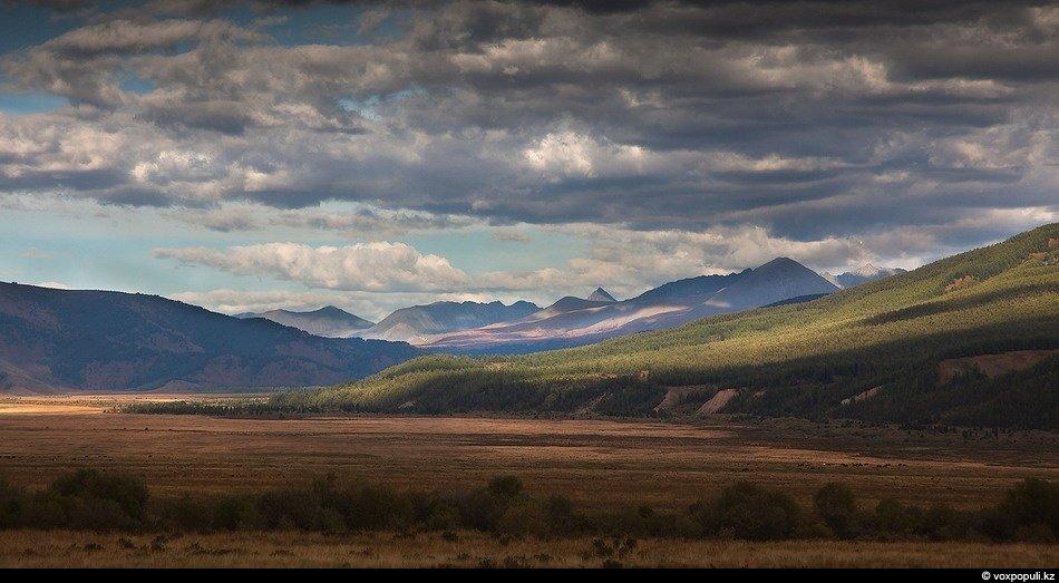 Так же внезапно, как и появились, Алтайские горы сменяются сначала полями со стогами сена, а затем и