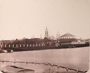 Вид зданий Адмиралтейских Ижорских заводов (слева направо) цепные кузницы, [склад] пожарных инструментов, сборочная [мастерская]; на переднем плане - плотина № 2.