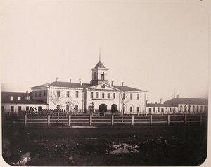 Вид здания, где располагалась контора Адмиралтейских Ижорских заводов; слева - гауптвахта.