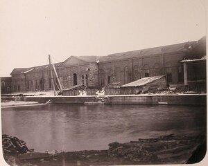 Вид зданий на территории Адмиралтейских Ижорских заводов (слева направо) магазин [товаров] 2-го сорта, большая машинная [мастерская], большая кузница.