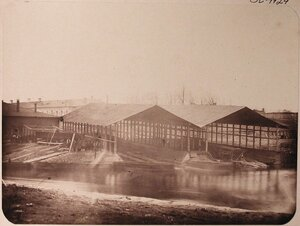 Вид здания, где располагалась медно-котельная [мастерская], в центре -эллинги.