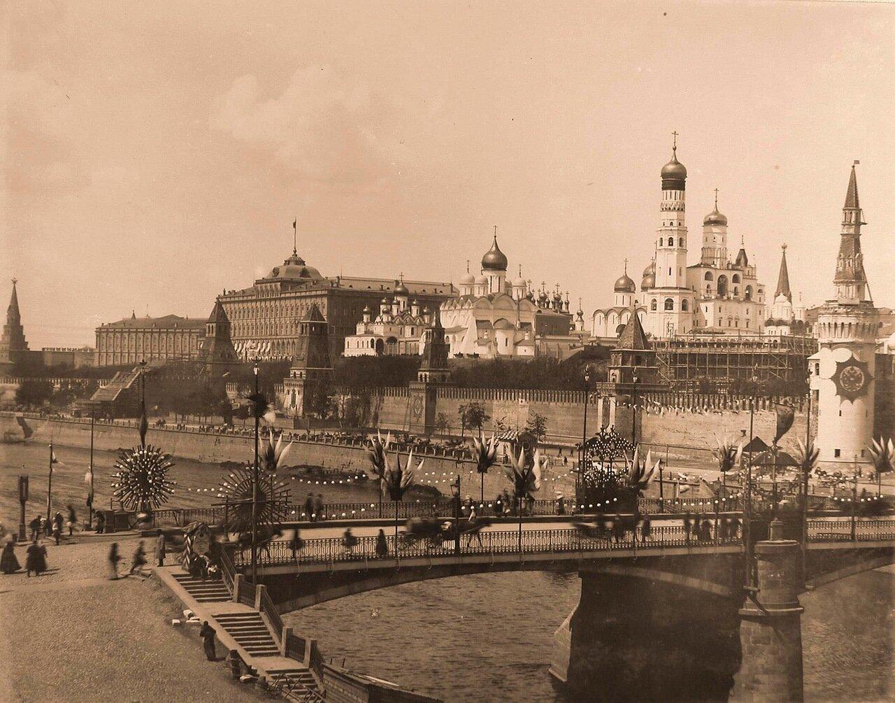 Вид на Кремль со стороны Замоскворечья; на первом плане-празднично украшенный к торжествам коронации Большой Москворецкий мост