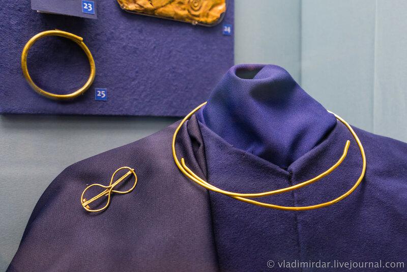 Комплекс украшений мужского сарматского костюма. Гривна. Золото. Фибула в виде «Гераклова» узла. Золото.
