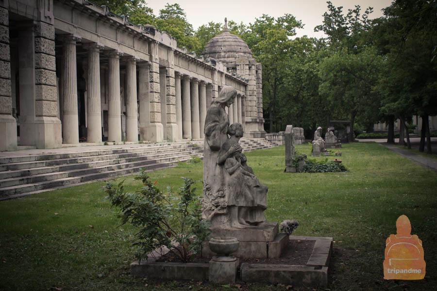 Аркала располагается на главной аллее пантеона