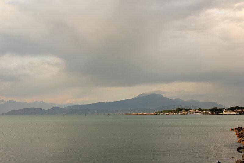 Вид на гору за озером