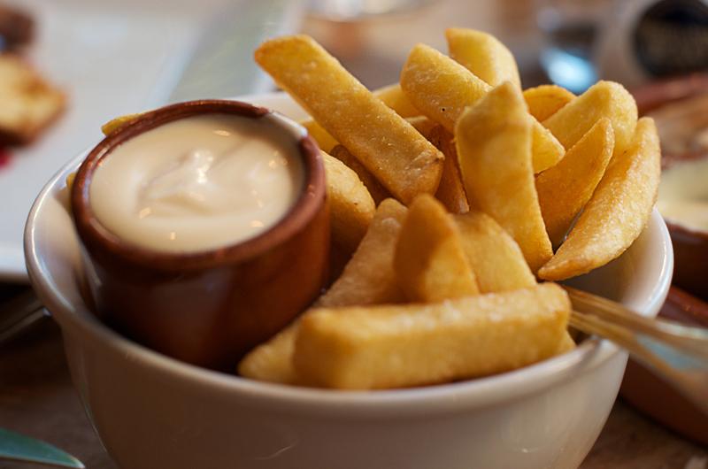5. Сегодня белый соус распространен и любим во всем мире. Например, в Бельгии его добавляют практиче