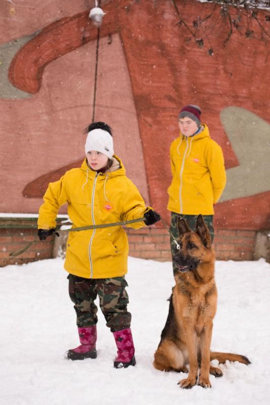 Молодые люди учились работать, быть самостоятельными и ответственными, ухаживая за собаками. Таким о
