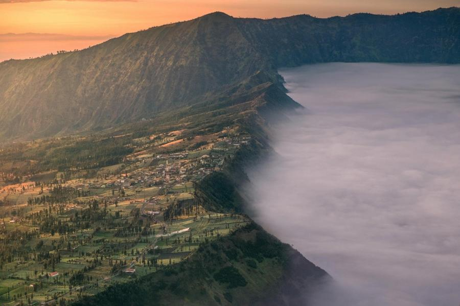 10. Утро в деревне Чеморо лаванг, Индонезия.