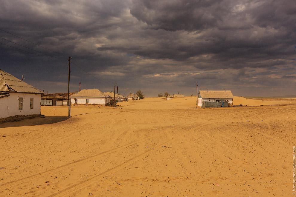 5. Место, занесенное песком. Кто и зачем основал его здесь? Дома кажутся нежилыми, но это не та