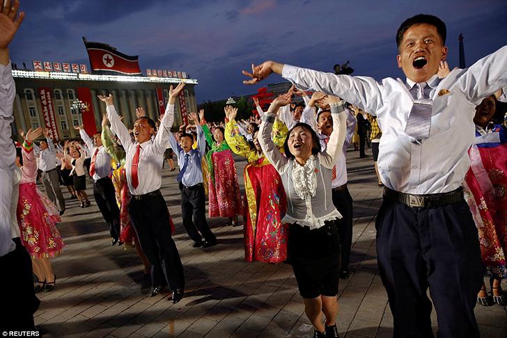 Корейцы славят своего правителя песнями и танцами.