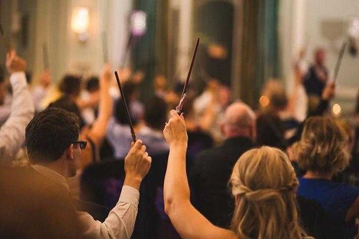 Всем 130 гостям по прибытии выдали по волшебной палочке, а подружки невесты держали в руках бумажные