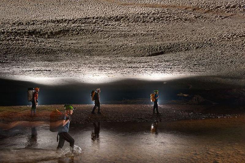 7. Эти туннели в горной породе прорубила река Рао Туонг. Во время засушливых месяцев река превращает