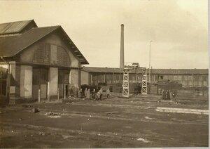 Группа военных чинов у депо и мастерских на станции.