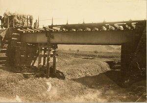 Солдаты у восстановленного моста вблизи станции.