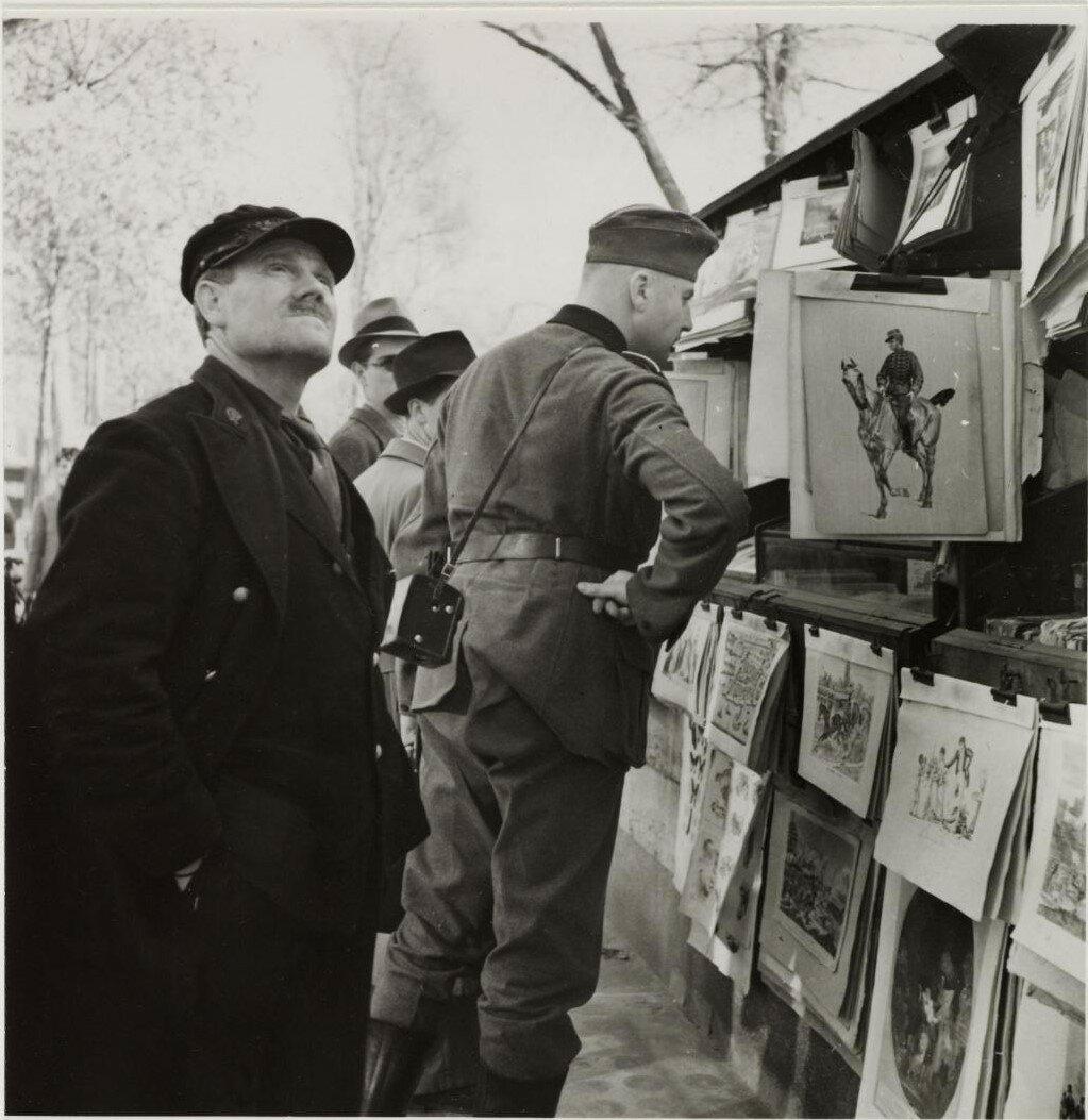 Немецкий солдат перед киоском на набережной Сены