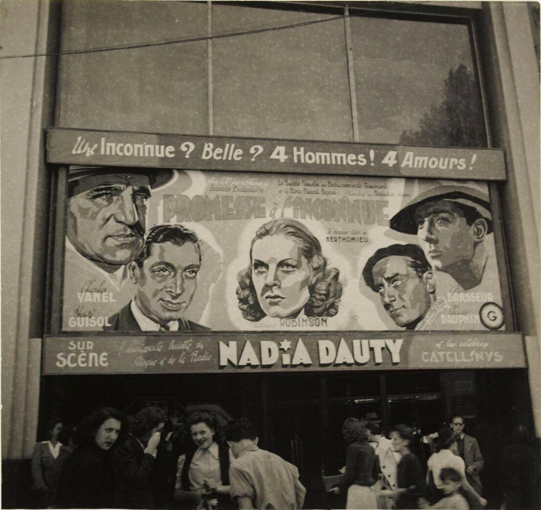 Вход в кинотеатр, где демонстрируют фильм «Обещание неизвестному» Андре Бартоломье