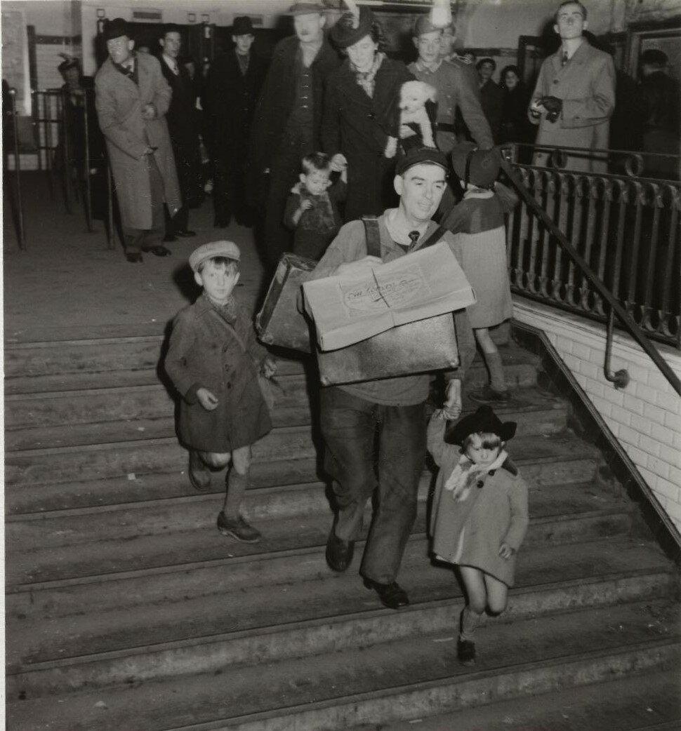 Мужчина с сумками и детьми на Лионском вокзале