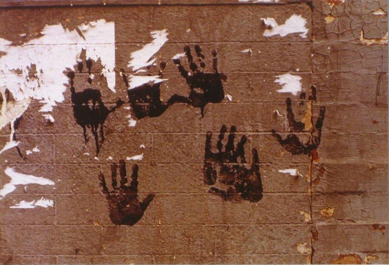 1960. Следы рук с черной краской на стене