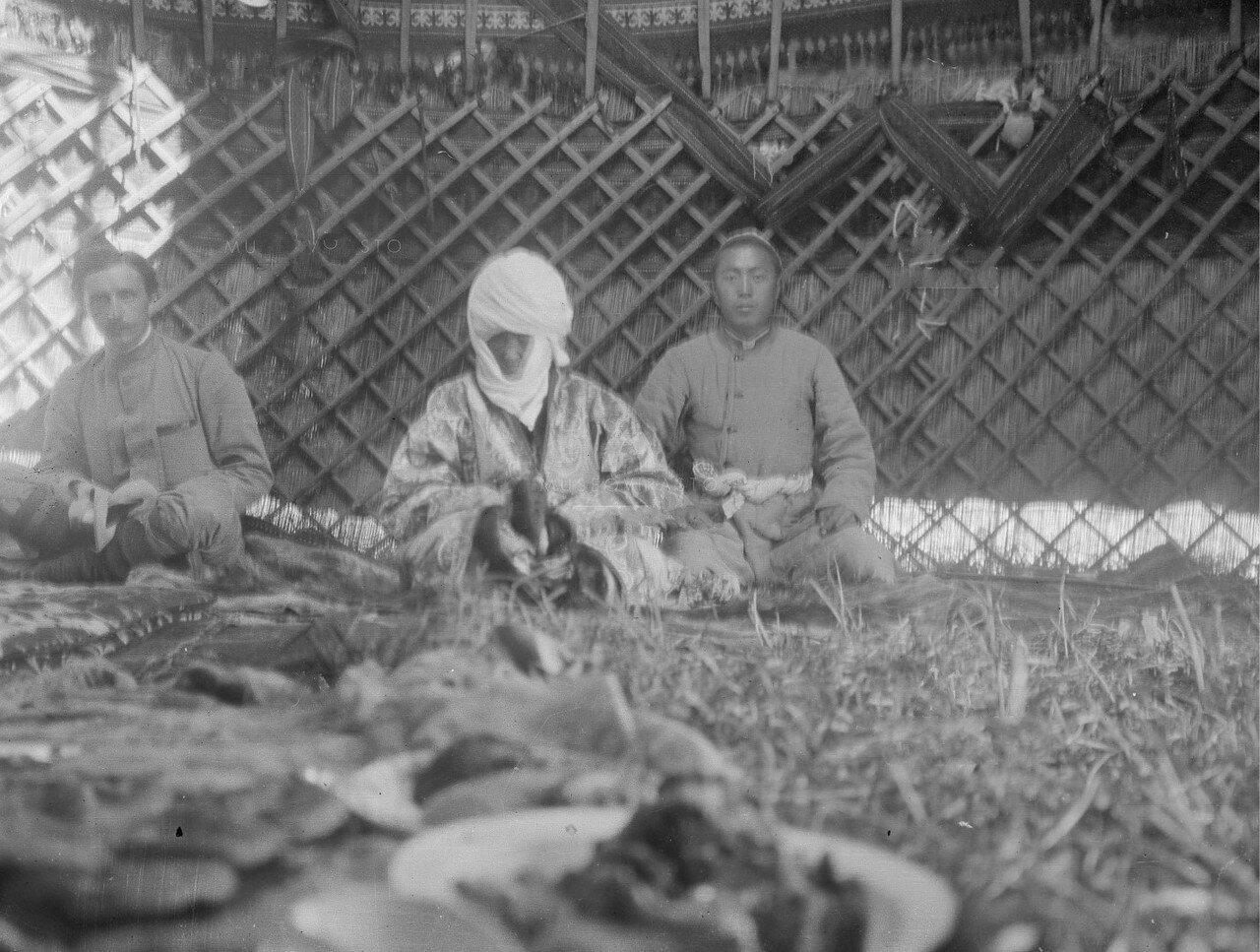 Французский востоковед Поль Пелльо, Курманжан датка и её внук в юрте «Алайской царицы»