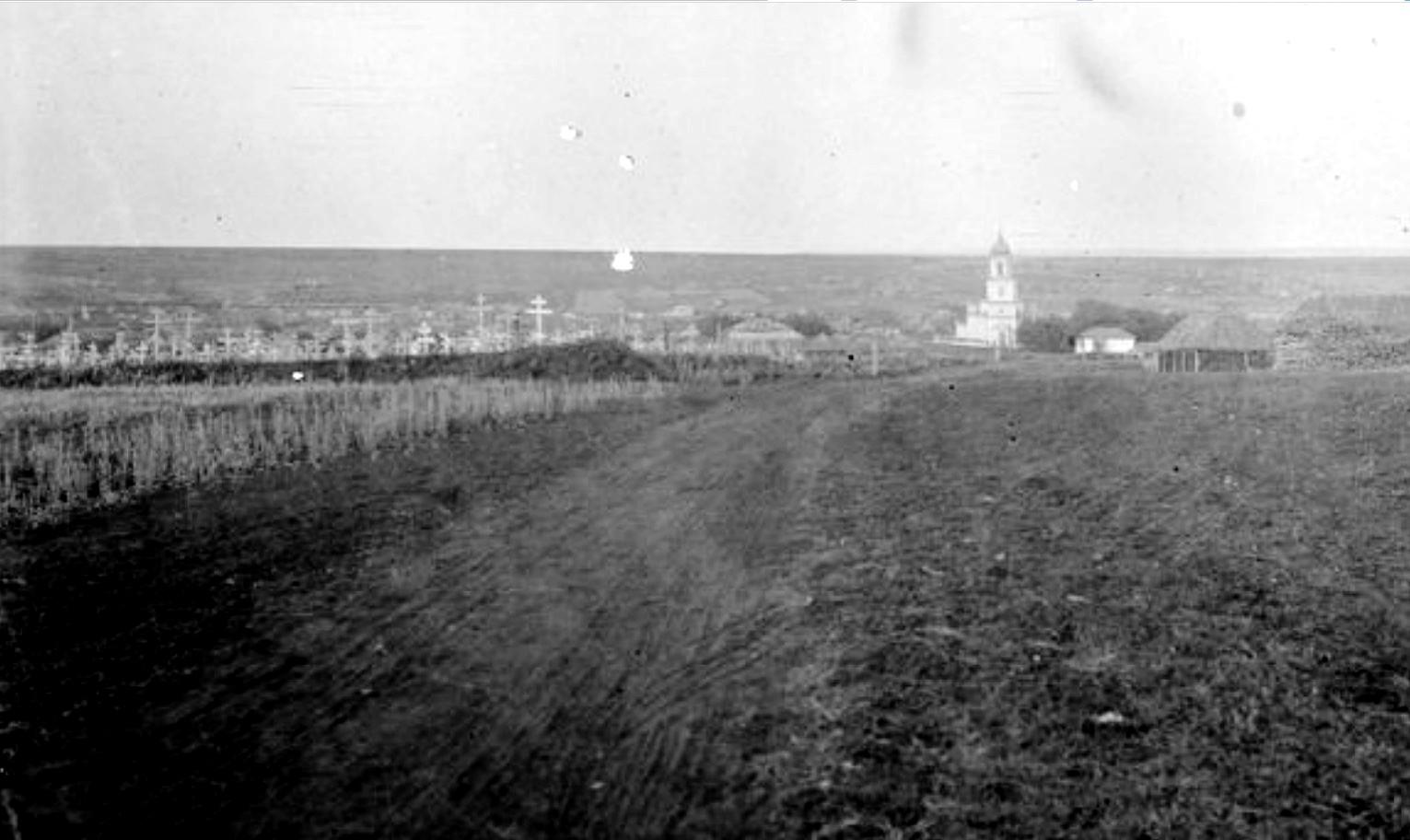 Возле сельского кладбища