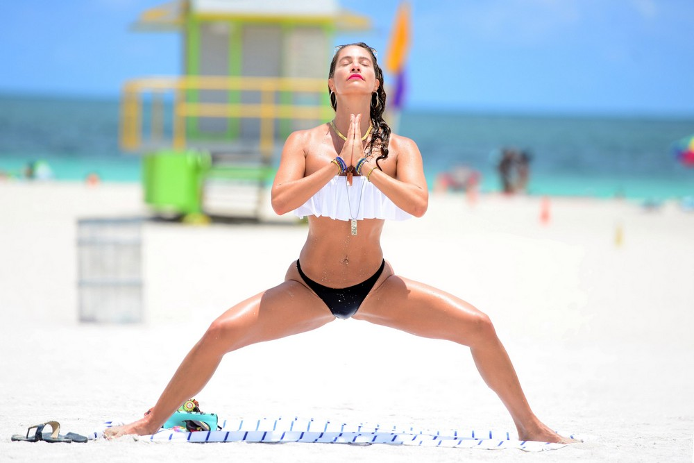 Дженнифер Николь Ли на пляже