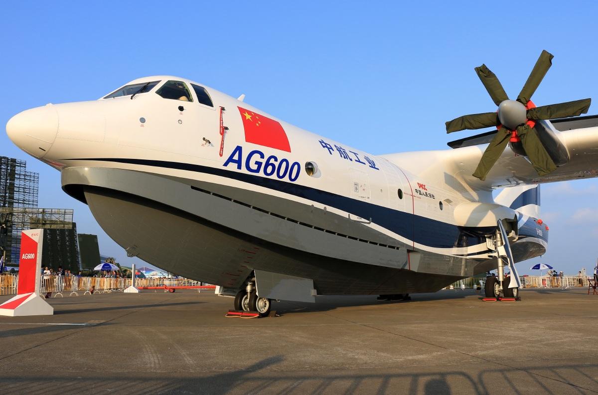 Всети интернет появилось видео испытаний крупнейшего вмире самолета-амфибии