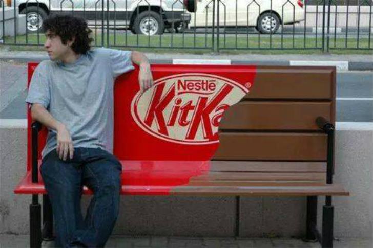 Дизайнеры Kit Kat решили обыграть тему перерыва при помощи городской скамейки.