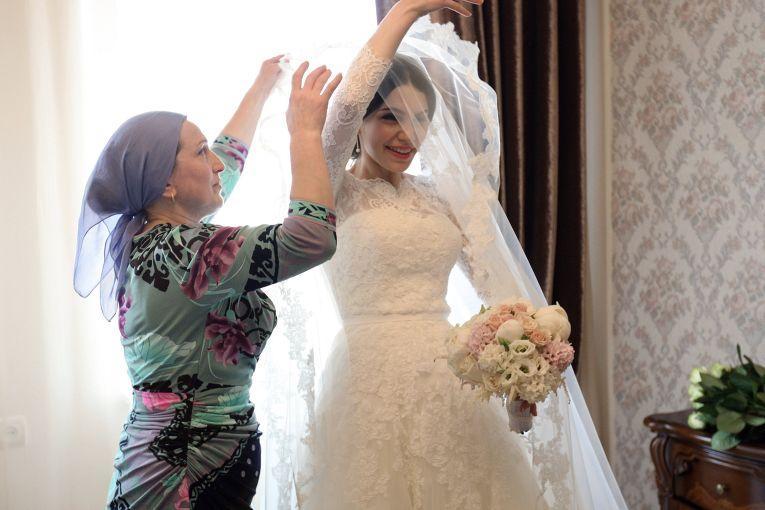 Родители невесты на свадьбу не едут и в торжестве у себя дома принимают минимальное участие. Сва