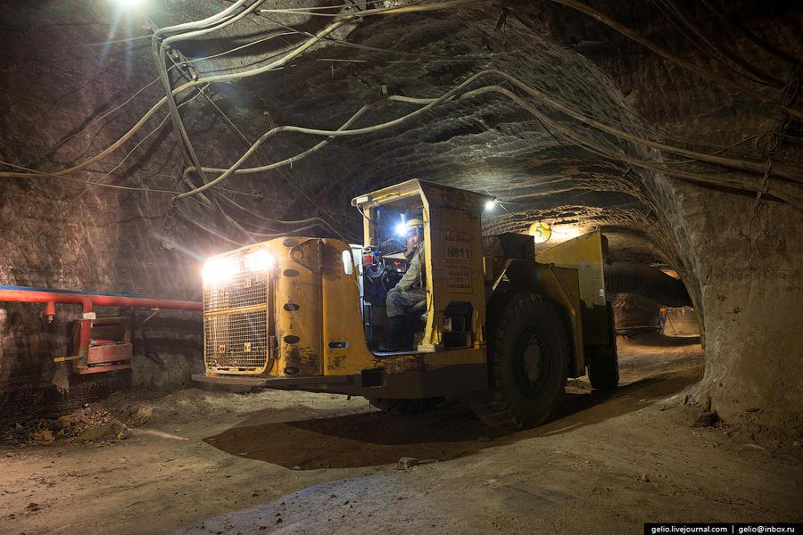 19. Для доставки руды от комбайна к рудоспуску работают 8 погрузочно-доставочных машин (ПДМ).