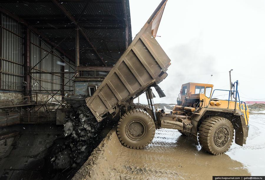 44. С карьера или из шахты руду самосвалами отправляют на фабрику, где из нее извлекают сами полезны