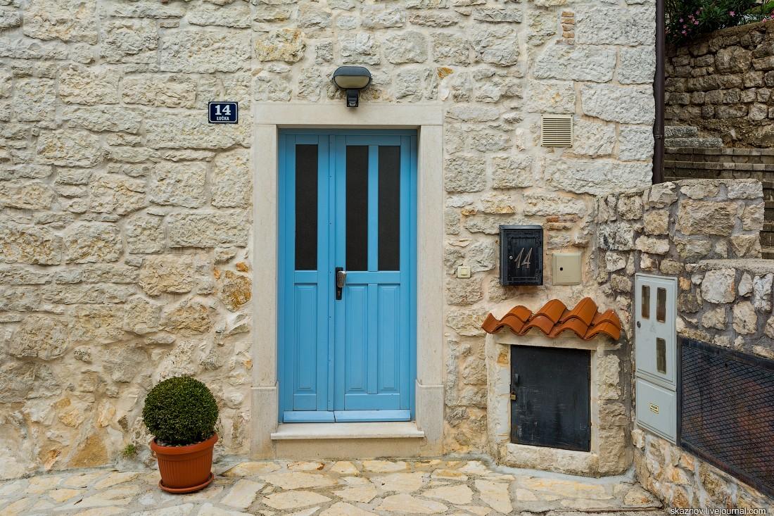 3. Двери, окна, крыши, многочисленные кадки с цветами и зеленью — всё это создает приятную какофонию