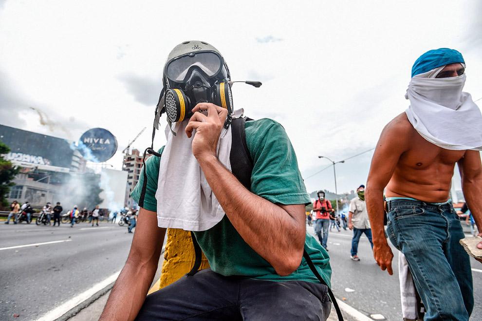 18. Запуск коктейля Молотова в полицейских. (Фото Carlos Becerra):
